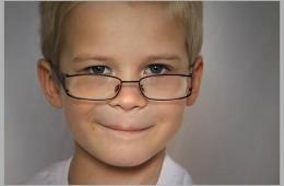 Niño llevando gafas