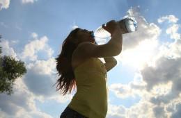Persona bebiendo agua.